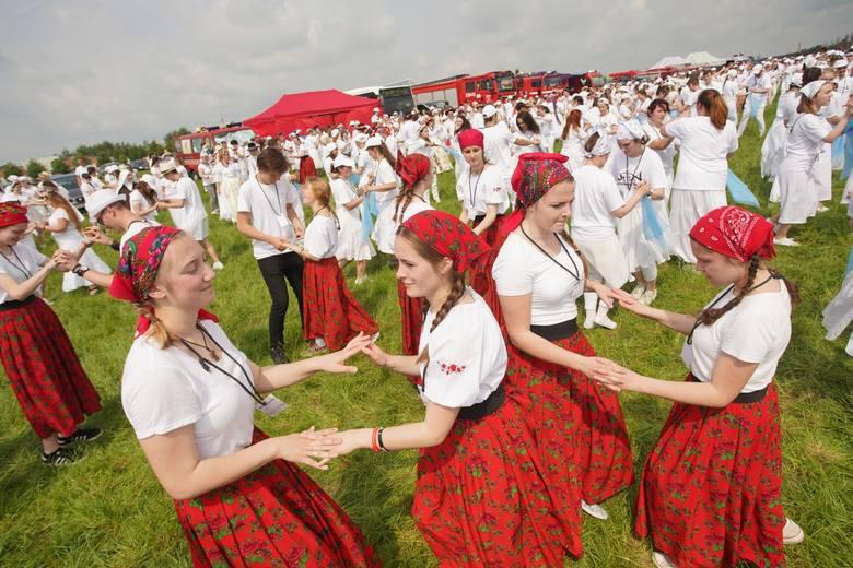 W sobotę, 1 czerwca, na Pola Lednickie przyjechały tysiące młodych osób z całej Polski. Zobacz, co dzieje się na Lednicy 2019. Przejdź dalej ---&