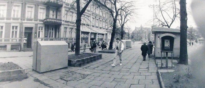 Z początkiem lat 90.  na al. Wojska Polskiego pojawiały się stragany – szczęki, czynne były jeszcze uliczne automaty telefoniczne
