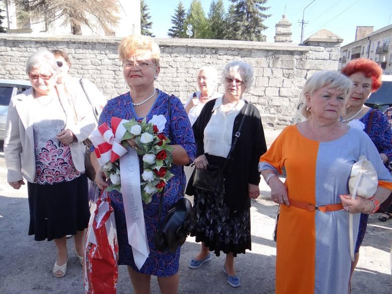 Ustronie przekazuje dary do kościoła św. Stanisława w Krzemieńcu. Na zdjęciu seniorka z wieńcem, który zostanie złożony przy pomniku Juliusza Słowackiego w kościele