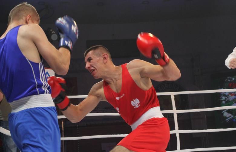 Bartosz Gołębiewski (z prawej) podczas swojej zwycięskiej walki