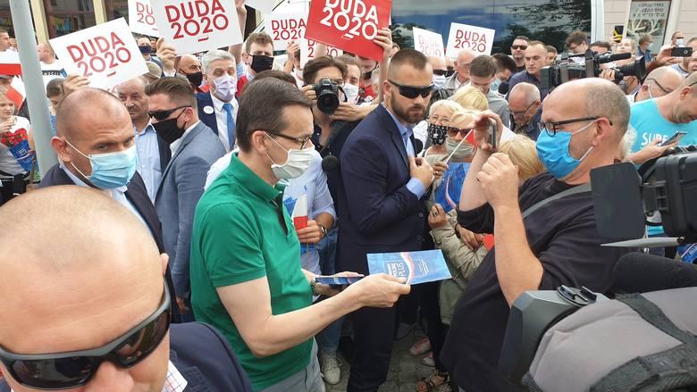 Premier w otoczeniu ochrony spacerował po pl. Jana Pawła II, rozdając gromadzącym się wokół niego brzezinianom ulotki wyborcze ubiegającego się o reelekcję