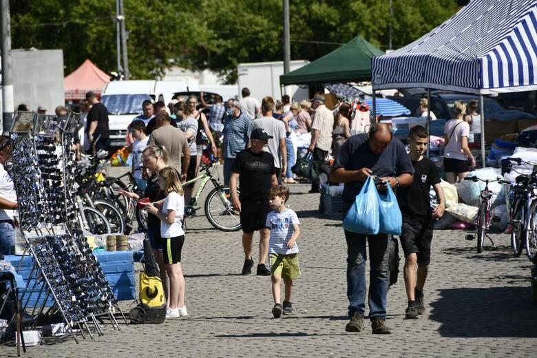 Mimo ostrzeżeń meteorologicznych i upału już w godzinach porannych, na giełdę w Sandomierzu wybrało się wielu kupujących. Wciąż popularnością cieszą