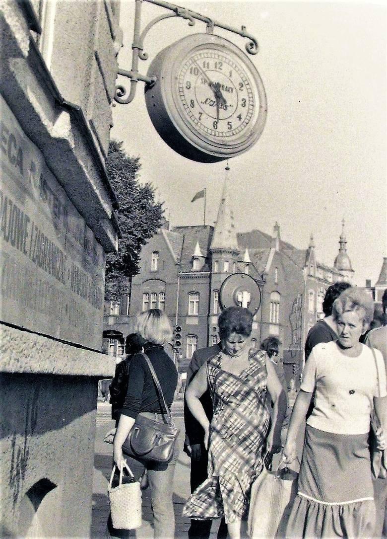 Latem 1978 roku pod stylowym zegarem na rogu al. Wojska Polskiego i Sienkiewicza, który gdzieś zniknął, wart jest odszukania i ponownego zainstalowa