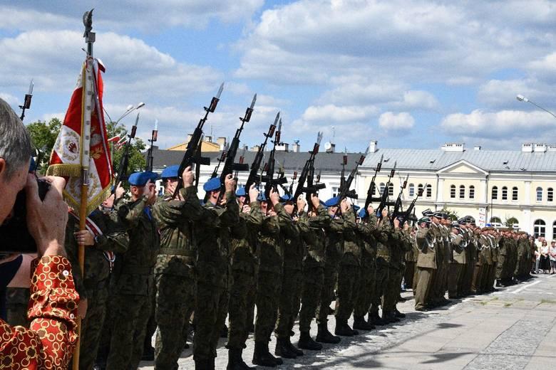 Widowiskowa defilada ulicami Kielc i odznaczenia żołnierzy to główna część obchodów Święta Wojska Polskiego. By obserwować uroczystości upamiętniające