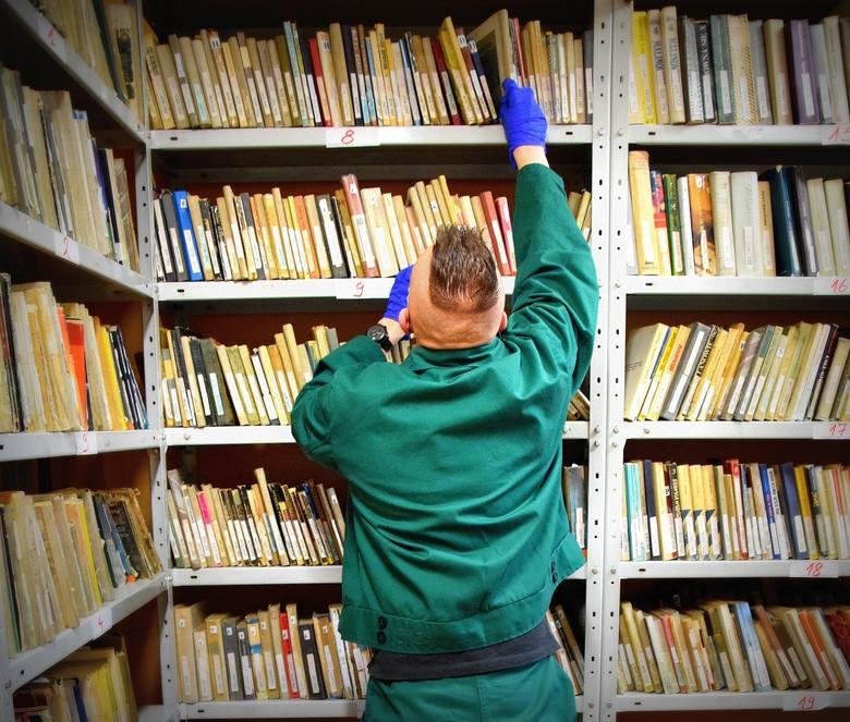 TOP-10 książek czytanych w Zakładzie Karnym w Jastrzębiu-Zdroju. Bestsellery, kryminały, a nawet rozprawy filozoficzne...Czy wychowawcom w śląskich zakładach