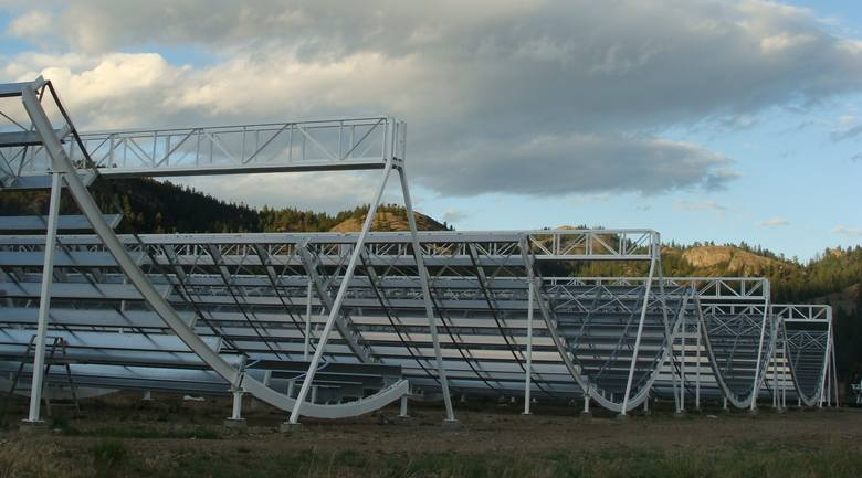 Obserwatorium CHIME. Na fotografii wspomniany wcześniej radioteleskop.