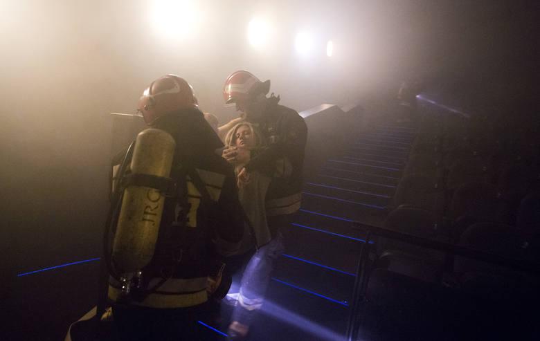 Ćwiczenia strażaków w radomskim Multikinie (zdjęcia)