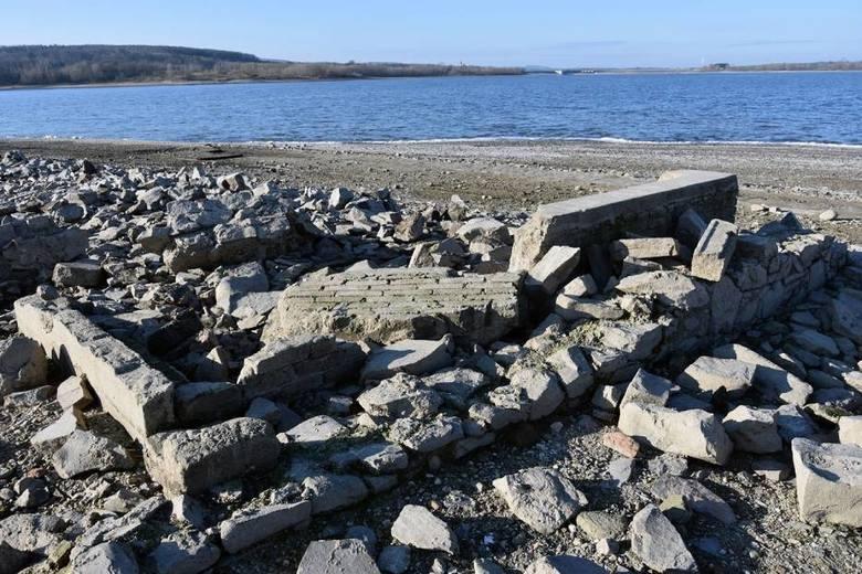 Bardzo niski poziom wody. Ukazały się ruiny wsi w zbiorniku (ZDJĘCIA)