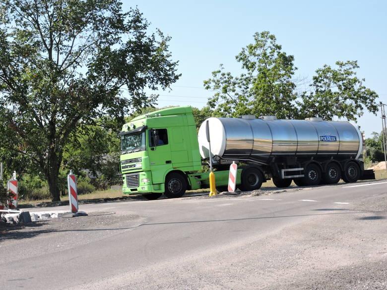 Droga wojewódzka nr 627 przebiega od Ostrołęki przez Małkinię, Kosów Lacki do Sokołowa Podlaskiego