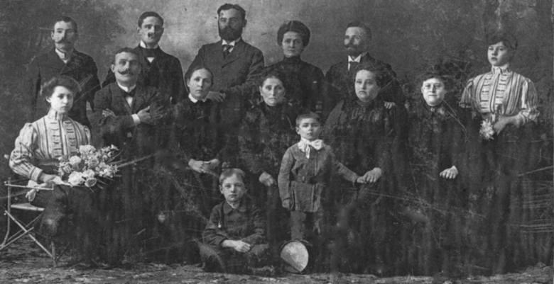 Rodzina Postawów, Złoczów 1911. Od prawej siedzą: Ludwika Postawa, Emilia Postawa, Karolina Puk (po mężu Postawa), Balbina Postawa (po mężu Kuraś), Walenty Józef Postawa, Felicja Kuraś. Od prawej (góra) stoją: Marcelina Kuraś (po mężu Lechat), Klemens Postawa, Bronisława Zimińska (po mężu...