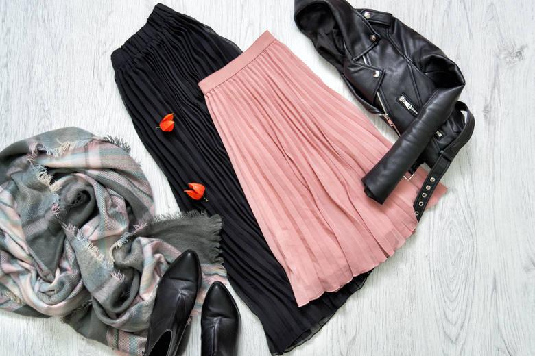 W zależności od typu sylwetki, plisowane spódnice można zestawiać nawet ze swetrem czy skórzaną kurtką.