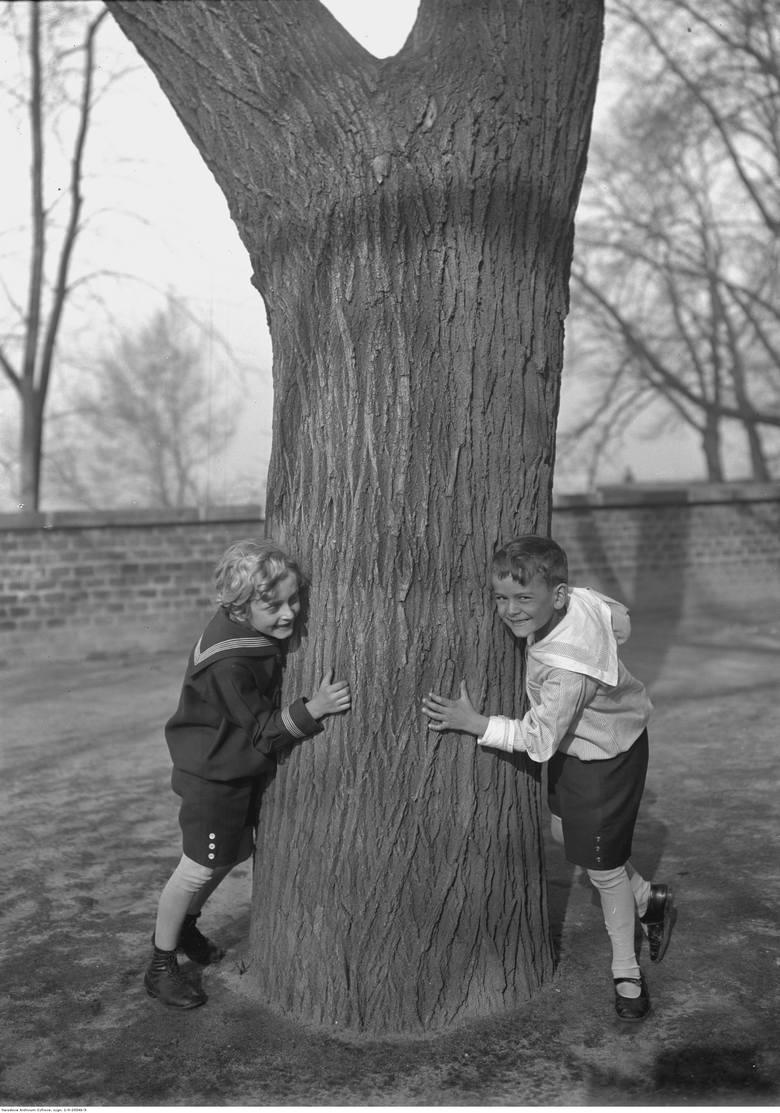 Przygotowaliśmy dla was galerię archiwalnych zdjęć z dziecięcej codzienności. Niektórym z was na pewno zakręci się łezka w oku! Pamiętacie takie dzieciństwo?Zabawa