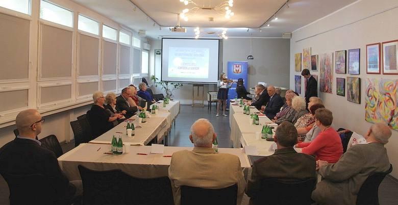 W  saloniku  biblioteki  na  II Inowrocławskiej Konferencji Seniorów spotkali się przedstawiciele uniwersytetów trzeciego wieku i rad seniorów w naszym