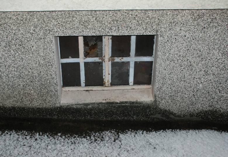 Okno przez które dostał się włamywacz