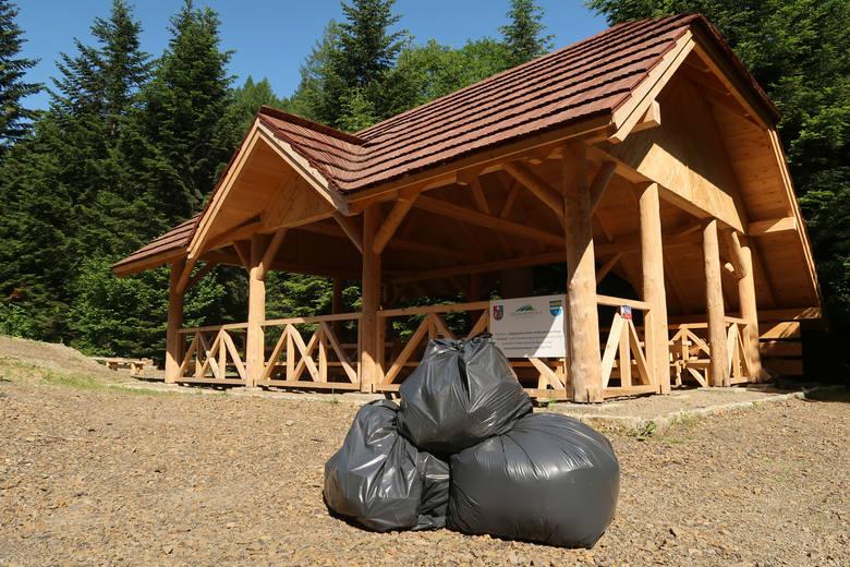Sterty śmieci w nowej wiacie turystycznej w Bukowcu pod Korbanią w Bieszczadach. Zostawili je imprezowicze. Posprzątali leśnicy [ZDJĘCIA]