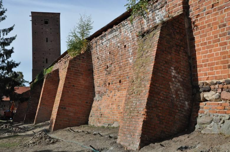 XV-wieczne mury obronne w Byczynie  wymagają pilnie renowacji. W niektórych miejscach kamienie i cegły już się zawaliły, w innych podstemplowano je  i ogrodzono, bo stanowią zagrożenie.