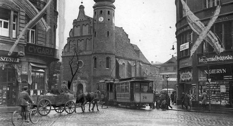 Zobaczcie, jak kiedyś wyglądał handel w Bydgoszczy. Po dawnych straganach, sklepach i reklamach zostały tylko wspomnienia i zdjęcia. >>>