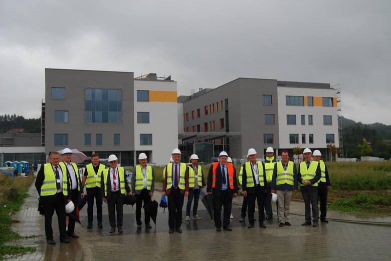 Ostatnio budowę szpitala wizytowali m.in. członkowie Zarządu Powiatu Żywieckiego