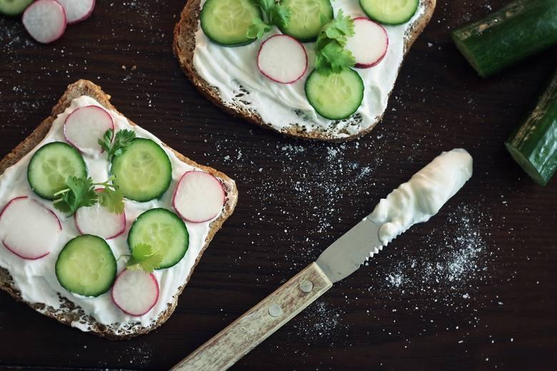 Zgodnie z Piramidą Zdrowego Żywienia i Aktywności Fizycznej owoce i warzywa powinny być podstawą naszej diety. Na drugim miejscu znajdują się zboża,