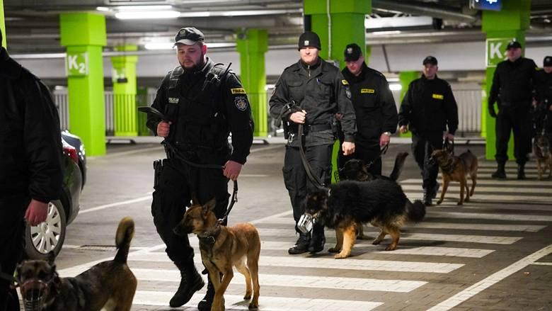 Przewodnicy policyjnych psów z Łomży, Wysokiego Mazowieckiego i Bielska Podlaskiego ćwiczyli ze swoimi czworonożnymi partnerami.
