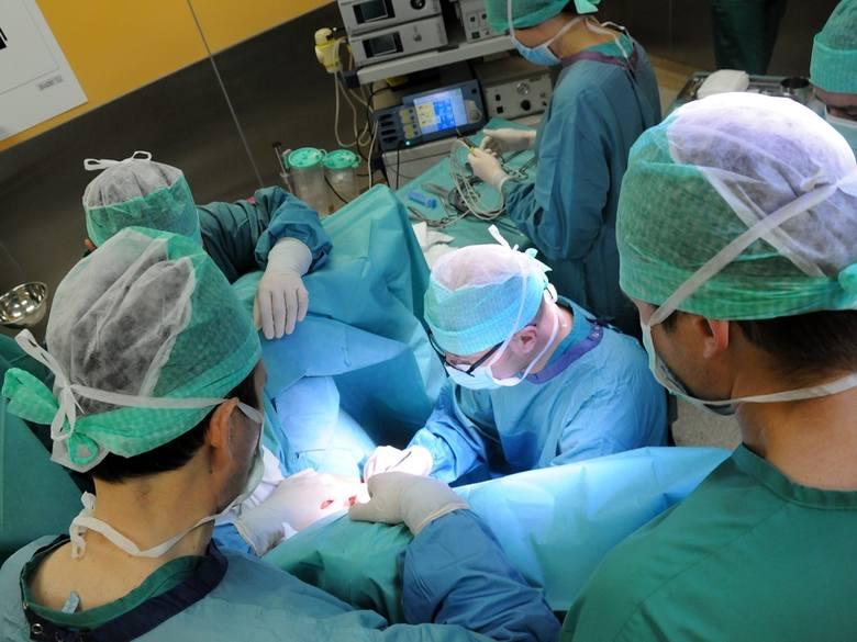 W Specjalistycznym Szpitalu Miejskim w Toruniu na Oddziale Urologii i Urologii Onkologicznej kierowanym przez prof.  Tomasza Drewę odbyły się pierwsze
