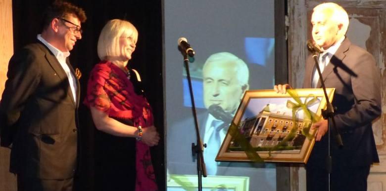 Właściciele Bristolu Dorota i Tomasz Tworkowie dostali w prezencie na otwarcie od burmistrza Buska Waldemara Sikory obraz przedstawiający Bristol przez