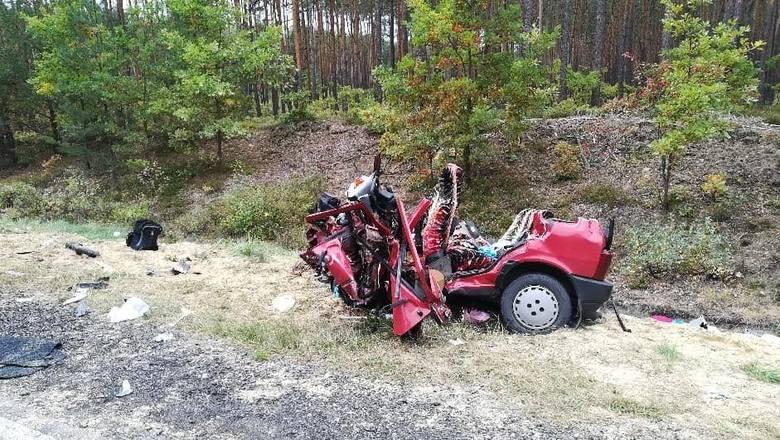 Według nieoficjalnych informacji w śmiertelnym wypadku zginęli 3 mężczyźni i kobieta.Śmiertelne ofiary wypadku podróżowały fiatem uno. Do czołowego zderzenia