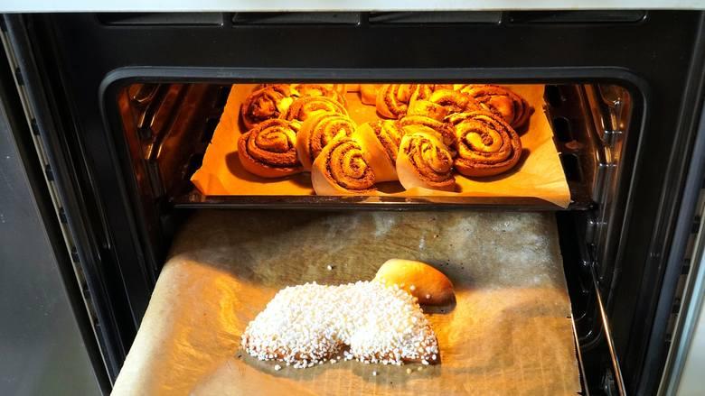 Aby mieć czystąblachęw piekarniku warto ją czyścić po każdym użyciu. Jednak nie zawsze się tak dzieje i zabieramy się do wyczyszczenia jej kiedy jest