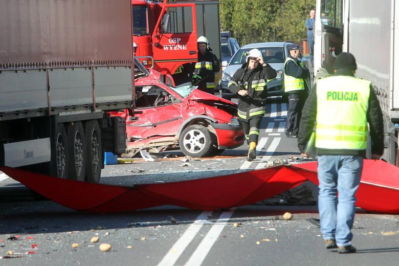 Zdjęcia z miejsca tragicznego wypadku w Babicy. Nie żyje 79-kierowca opla. Jego auto zostało zmiażdżone przez ciężarówkę.Więcej: Tragiczny wypadek w
