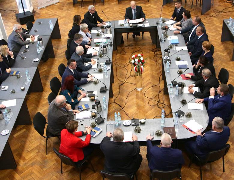 Głównym punktem sesji był wybór starosty. Kandydatami na to stanowisko byli: Adam Olejnik i Marek Szczepanowski. Wynik głosowania: Adam Olejnik uzyskał