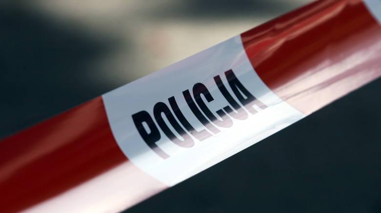 Seryjny włamywacz do samochodów zatrzymany przez policję. Mężczyzna ukrył się za wersalką