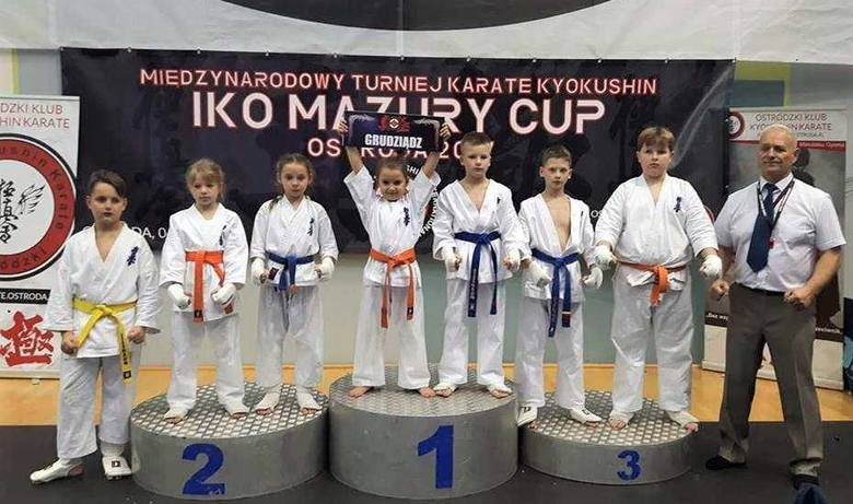 Znakomity występ zaliczyli młodzi zawodnicy Grudziądzkiego Klubu Karate Kyokushin w międzynarodowym turnieju w Ostródzie. Z prawej - trener Janusz K