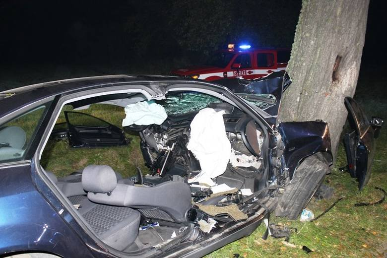Do wypadku doszło w sobotę rano około godziny 4. Na drodze powiatowej między miejscowościami Braniewo – Bemowizna samochód osobowy uderzył w drzewo.