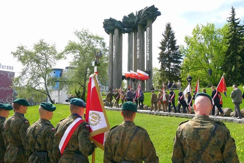 """Tak teraz wygląda pomnik """"Bóg, Honor, Ojczyzna i Niepodległość"""" przy placu NZS w Białymstoku"""