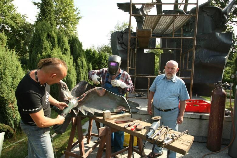 Nad naprawą pomnika pracują: prof. Jan Siek, jego syn Andrzej i Henryk Błądek