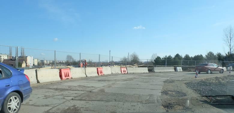 Prace kontynuowane są natomiast w miejscach ulicy Klepackiej, które są objęte odrębnymi pozwoleniami na budowę, tj. droga dla rowerów