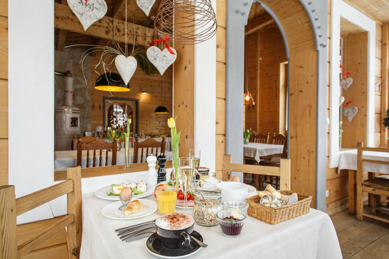 Restauracja Zakopiańska to znakomita kuchnia i przytulne wnętrza w starym góralskim domu wybudowany w stylu zakopiańskim. Jak mówi właściciel restauracji