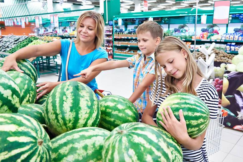 Jak wybrać dojrzały arbuz? Warto przed zakupem dobrze sprawdzić każdy arbuz.