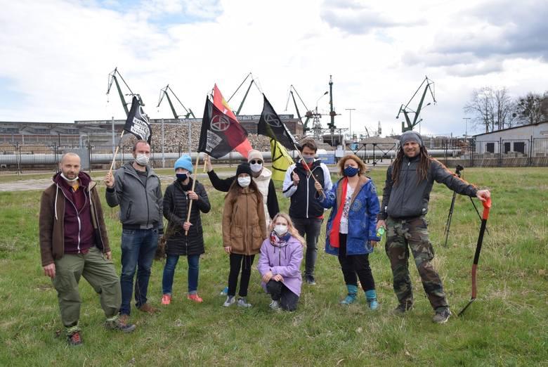 """W sobotę 24 kwietnia rozpoczęło się spontaniczne, """"prawie nielegalne"""" sadzenie drzew i kwiatów na terenie Trójmiasta, zorganizowane przez aktywistów"""