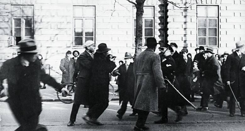 Starcia z policją podczas demonstracji antyżydowskiej studentów Uniwersytetu Warszawskiego, 1931 r.
