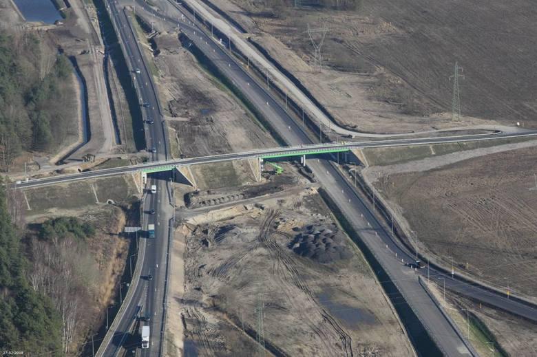 Jak wyglądają prace przy budowie drogi S6 w zachodniej części województwa zachodniopomorskiego? Zobaczcie najnowsze zdjęcia z lotu ptaka na odcinkach:
