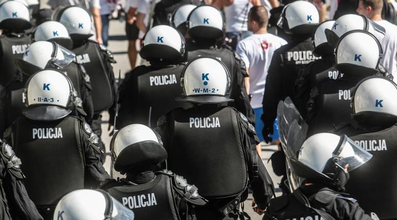Spotkania podwyższonego ryzyka ochraniają setki, a czasem tysiące policjantów