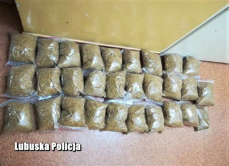 Żagańscy policjanci zabezpieczyli ponad 14 kg tytoniu bez polskich znaków akcyzy, które znaleźli w mieszkaniu u 56-letniego mężczyzny, mieszkańca gminy