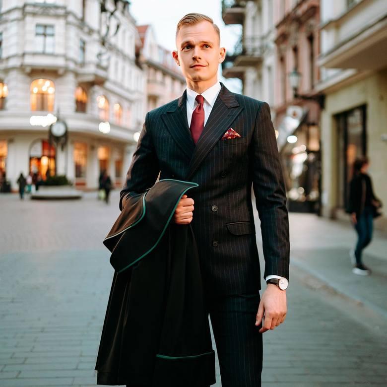 """Adwokat Piotr Warzycki, autor popularnego bloga """"Better Call Piotr"""" i poradnika """"Zakupy w sieci 2020""""."""