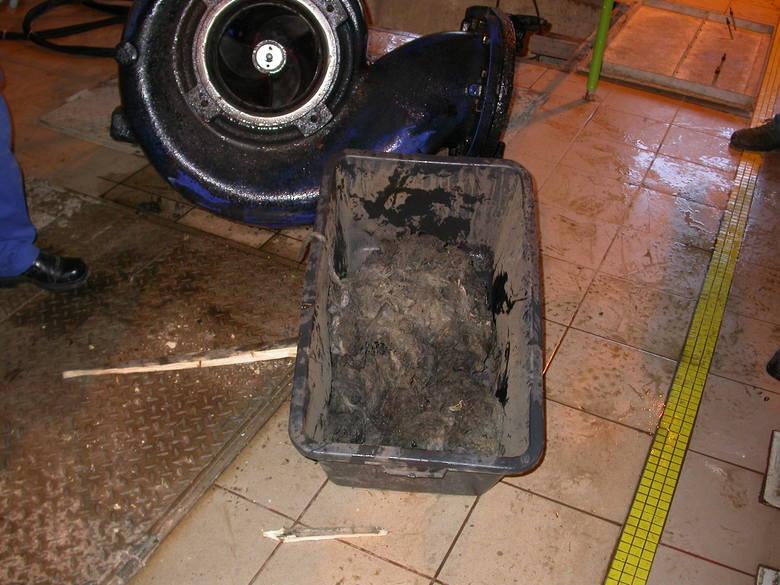 Do kanalizacji wrzucamy setki ton odpadów rocznie. Śmieci w sieci powodują zatory i są przyczyną awarii. Utrudniają oczyszczanie ścieków.<br /> <br /> Do sieci kanalizacyjnej nie należy wrzucać zużytych artykułów higienicznych i opatrunkowych tj. np.:<br /> <br /> chusteczek nawilżanych,...