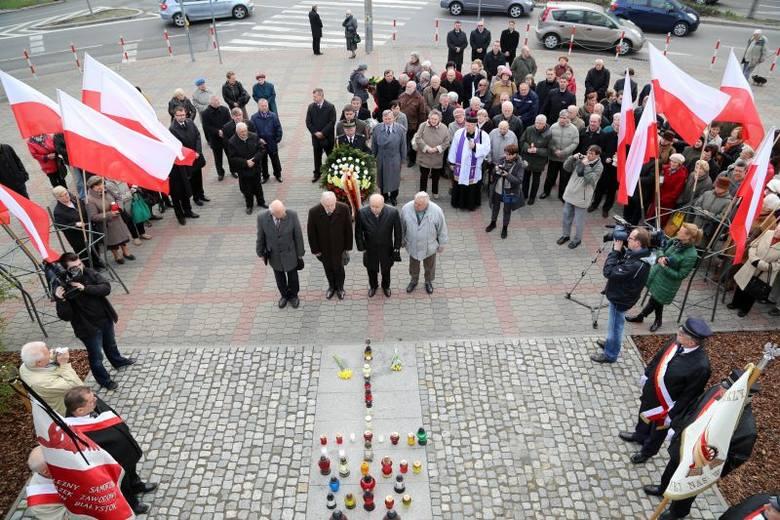Rocznica katastrofy smoleńskiej. Złożenie kwiatów pod pomnikiem (zdjęcia, wideo)