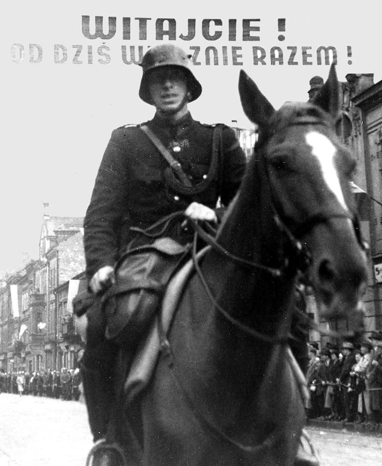 Polski policjant na koniu podczas defilady w Czeskim Cieszynie