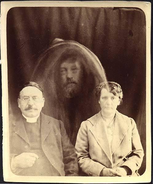 Fotografia pochodząca z 1919 roku, przedstawiająca państwo Tweedale z duchem, jest autorstwa Williama Hope'a.