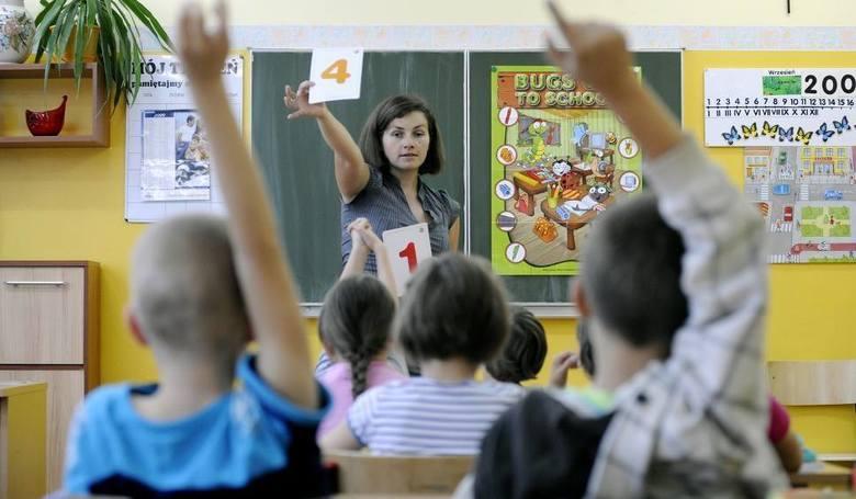 Nauczyciele1 kwietnia 2018 r. pensje nauczycieli wzrosły o od 123 do 168 zł, ale to dopiero pierwsza z zapowiadanych podwyżek. W 2019 r. pensje wzrosną