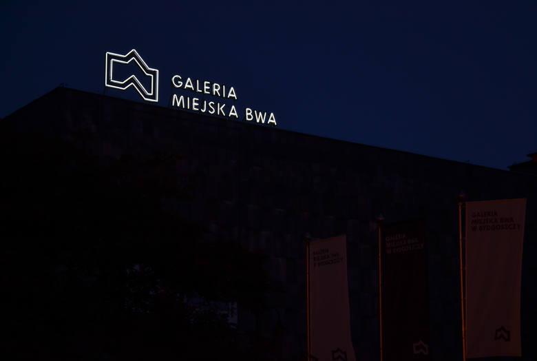 """Świecący na biało napisy wraz z logotypem już """"działa"""", ale oficjalne włączenie neonu 22 października tuż przed godz. 18"""